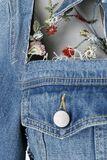 Denimová bunda se síťovinou a květovanou výšivkou