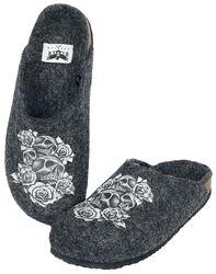 Šedé pantofle s potiskem s lebkou a růžemi